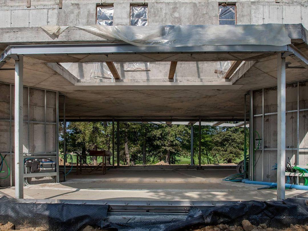 Serramenti minimali con vetri fuori misura, lastre fino a 6m x 3m per 1500 chili, permettono di rendere questa residenza straordinariamente luminosa.  #themaitalia #themaognoing #residential #inprogress #buildingsite #architecture #custommade #glass . . . Ph: @stefano_brandolini