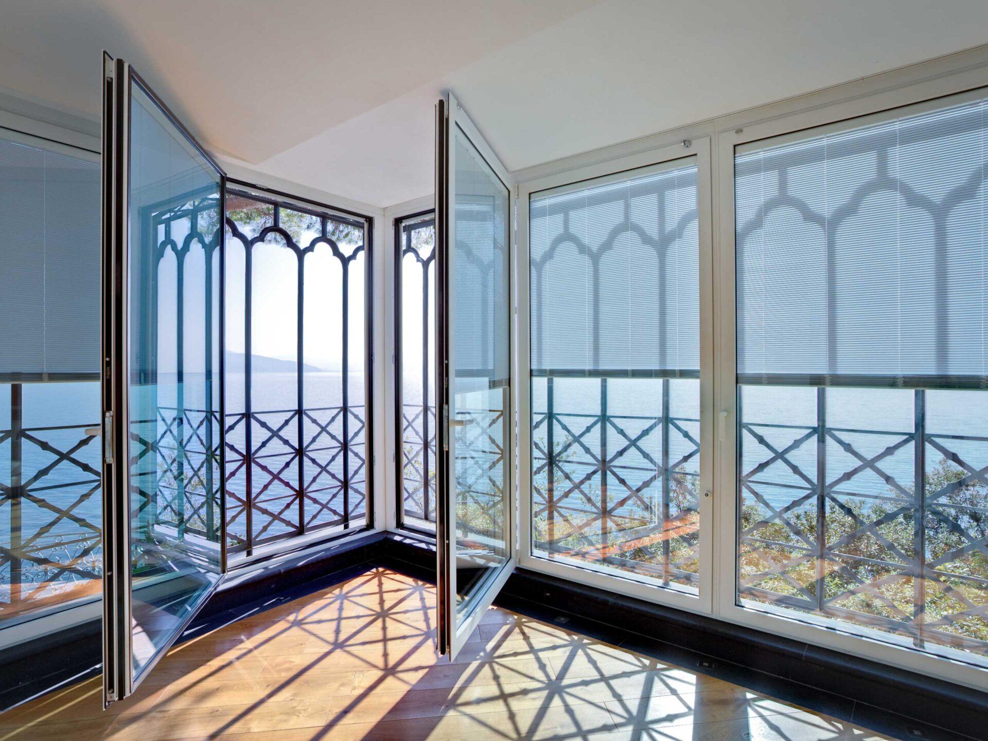 L'ex complesso monastico sopra Portofino si è rinnovato con garbo aprendo le sue porte all'ospitalità. Per il progetto di riconversione Thema ha realizzato la veranda esterna adibita a spazio comune, che rispecchia la magnificenza dello stile dell'edificio.