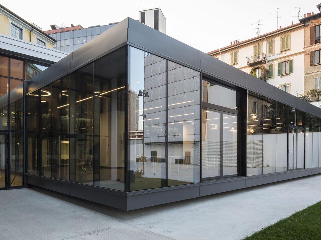 Milano LUISS Hub è un microcosmo trasparente e tecnologico. Nel progetto dello studio di architettura Fabbricanove si distingue una grande teca interamente vetrata che si apre verso il grande piazzale esterno, realizzata da Thema.