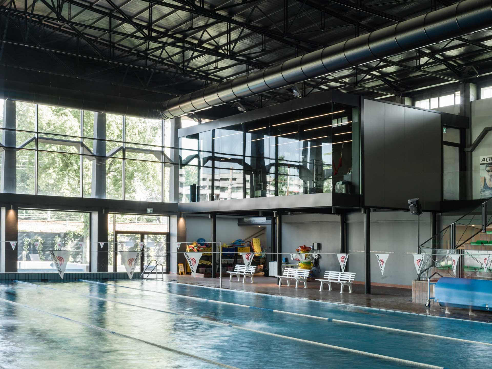 Il cuore del microcosmo di funzioni e di esperienze possibili di Canottieri Olona1894 è il grande spazio centrale della piscina intorno al quale ruotano gli ambienti destinati alle attività sportive e ricreative, come lo skybox che ospita la palestra con vista.